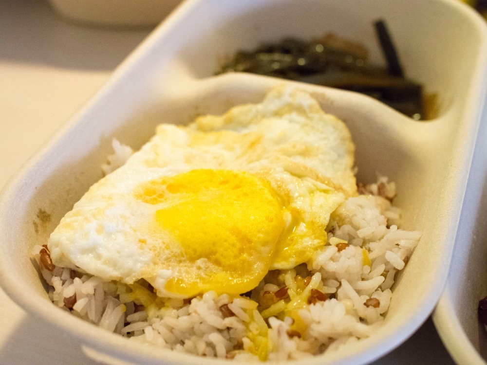 The fried egg on the rice still had molten yolk flowing over the rice, so it was nice.